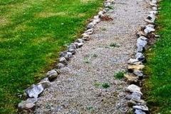 дорожка из гравия с обрамлением камнями по краям