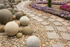 квадратная плитка, гравий и бетонные декоративные шары