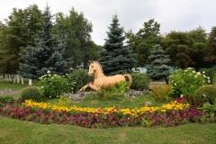 Клумба со статуей коня